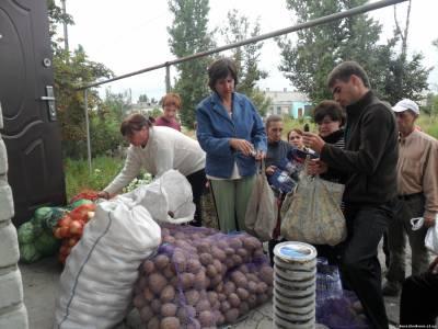 В село на Луганщине пришла гуманитарка - картошка, морковка и лук, а капусты не всем хватило (ФОТО), фото-1